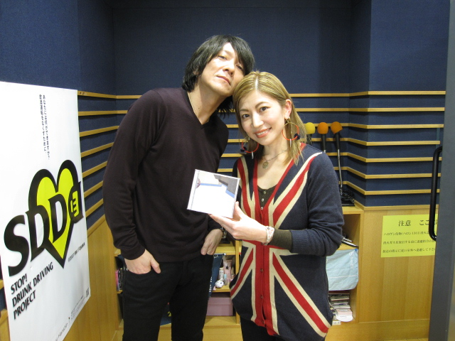 隣の女性と近い吉井和哉