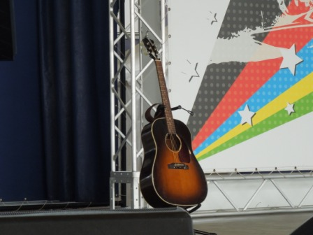 aki-guitar.jpg